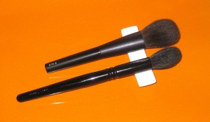 RMK Cheek Brush vs. Wyane Goss Brush 02